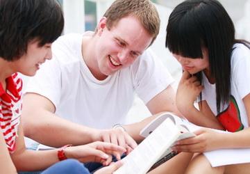 Một người bạn nước ngoài sẽ giúp mình làm quen với ngôn ngữ nhanh nhất